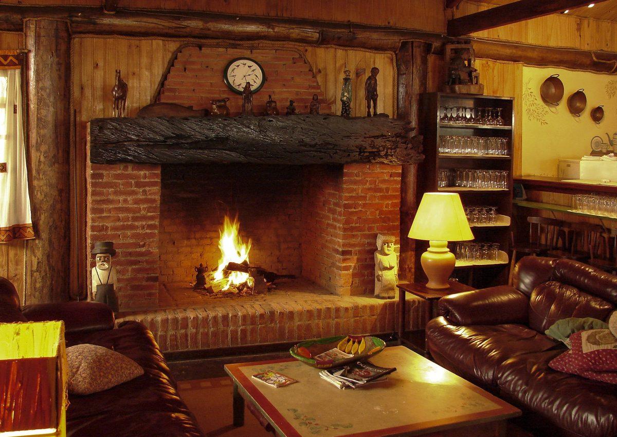 Kominek w ciepłych dekoracjach pokoju